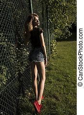 cerca, modelo, grade, jovem, roupas, posar, bonito, elegante