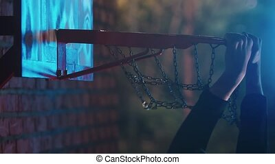 cerceau, tremper, -, obtenir, balle, claquement, extérieur, basket-ball, nuit, cour de récréation