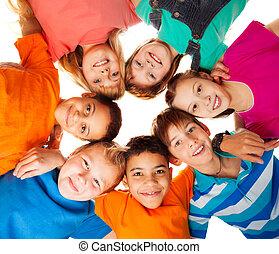 cercle, de, heureux, gosses, ensemble, sourire