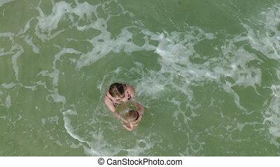 cercle, jeune, natation, au-dessus, ocean., dorlotez fille, ensemble, vue, petite mère, flotter, femme