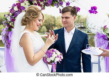 cerimonia, dorato, mano, sposa, mettere, fede, sposi