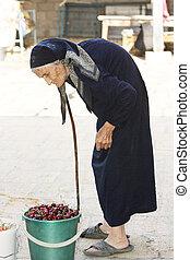cerise, femme aînée, seau