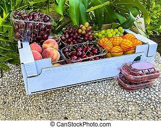 cerises, framboises, fruits., ?ardboard, raisins, pêches, abricots, boîte