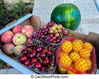 cerises, pastèque, fruits., ?ardboard, raisins, pêches, abricots, boîte