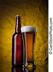 cerveja, em, vidro, com, garrafa, ligado, fundo amarelo