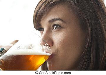 cerveja, mulher, bebendo, jovem