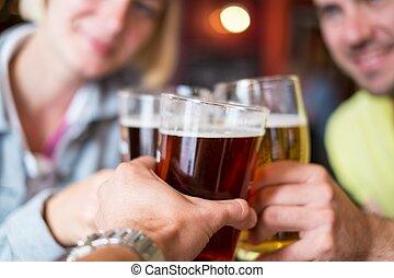 cerveza, brindar, amigos, bar