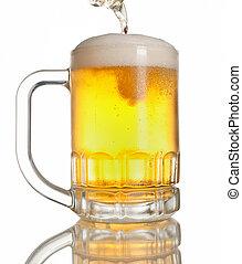 cerveza, el verter, en, lleno, jarra