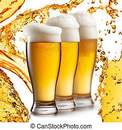 cerveza, en, anteojos, aislado, blanco, plano de fondo