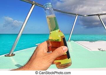 cerveza, en, mano, caribe, en, barco, arco, mar turquesa