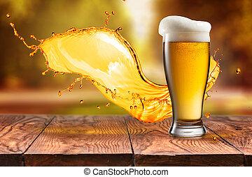 cerveza, en, vidrio, con, salpicadura, en, tabla de madera, contra, otoño sale