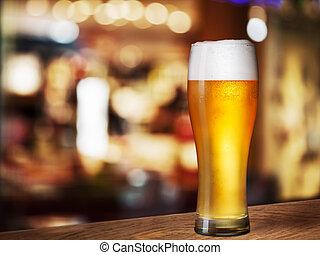 cerveza fría, vidrio, en, barra, o, bar, escritorio