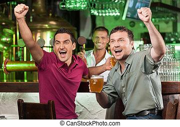 cerveza, porción, barra, ventiladores, fútbol, dos, bar., aplausos, mientras, plano de fondo, barman, bebida, futbol, feliz