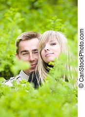 cespugli, sguardo, coppia, giovane, verde, fuori