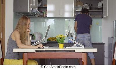 c'est, cuisine, arrière-plan., remotely, covid-19, homme, salle, femme, loudly, plats, irritates, a, dû, lavage, dur, woman., quand, concentré, vivant, home., travail, restrictions., jeune, fonctionnement, elle