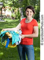 cesta, mulher, lavanderia, jardim, segurando