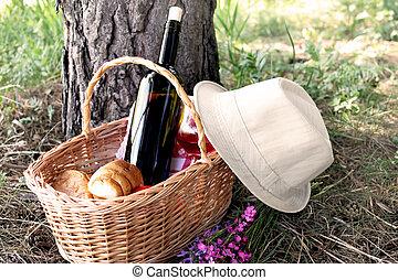 cesta piquenique, com, um, chapéu, colocado, perto