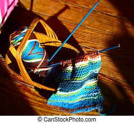 cesta tricotando