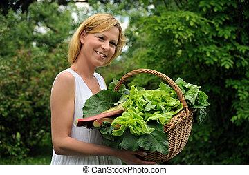 cesta vegetal, mulher, jovem, segurando