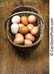 cesto, di, organico, ruspante, uova, su, anticaglia, tagliere