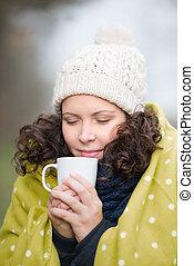 chá assalta, mulher, inverno, desfrutando