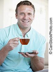 chá, bebendo, homem adulto meio