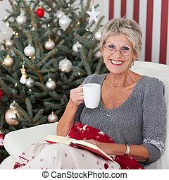 chá, mulher sorridente, idoso, copo