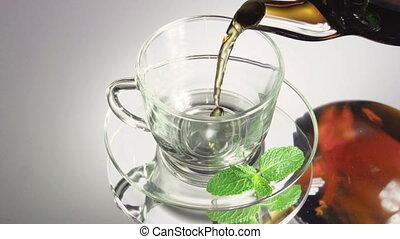 chá, sendo, despejado, em, vidro, xícara chá
