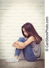 chão, deprimido, sentando, jovem, asiático, lar, menina