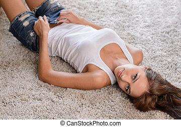 chão, despindo, jovem, floor., olhar, enquanto, câmera., excitado, mentindo, mulheres