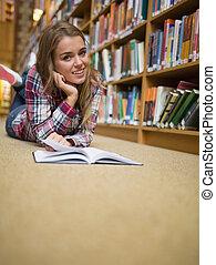 chão, jovem, biblioteca, alegre, livro, leitura estudante, mentindo