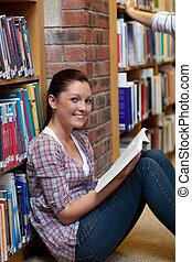 chão, livro leitura, mulher sorridente, jovem, sentando