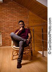 chão, sentando, olhar, câmera, homem preto