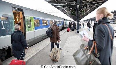 chód, stacja, wzdłuż, pociąg, ludzie