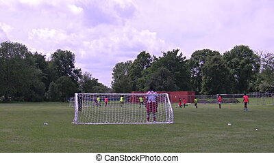 chłopcy, grając piłkę nożna