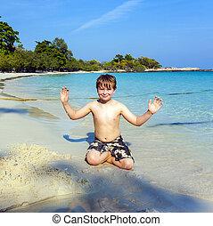 chłopcy, gry, na plaży, z, piasek, i, gmach, figury