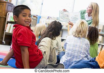 chłopieć czytanie, dzieci, przedszkole, patrząc, nauczyciel, biblioteka