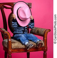 chłopieć posiedzenie, kowboj, twarz, pokryty, krzesło, kapelusz