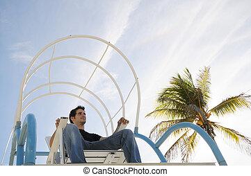 chłopieć posiedzenie, w, plażowe krzesło