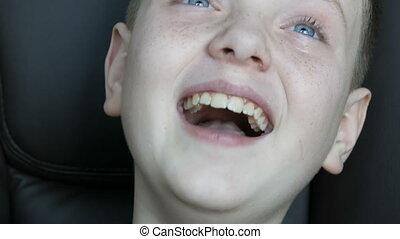 chłopiec, śmiech, zakaźny, tears., wzruszenia, nastolatek, ...