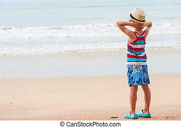 chłopiec, 7, szorty, lata, t-shirt, spojrzenia, morze, plaża