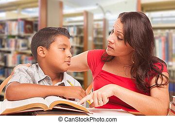 chłopiec, badając, młody, biblioteka, famle, hispanic, dorosły