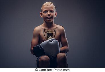 chłopiec, filiżanka, shirtless, zawiera, młody, znowu, chair., posiedzenie, winner's