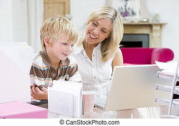 chłopiec, kobieta, biuro, laptop, młody, dom, uśmiechanie się