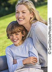 chłopiec, kobieta posiedzenie, dziecko, syn, zewnątrz, macierz, światło słoneczne