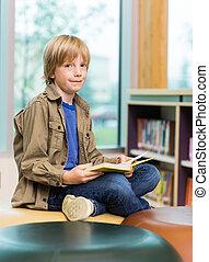chłopiec, książka, czytanie, biblioteka, szczęśliwy