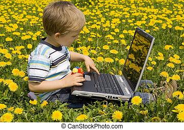 chłopiec, laptop