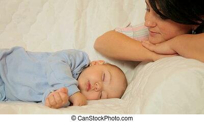 chłopiec, młody, spanie, patrząc, macierz, niemowlę, dom, szczęśliwy