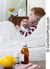 chłopiec, mały, łóżko, chory, termometr, leżący