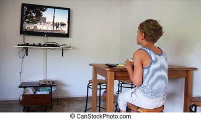 chłopiec, mały, jedzenie, czaty, video, siada